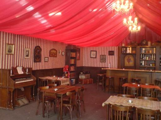 pub met rode plafonddraperieen 002